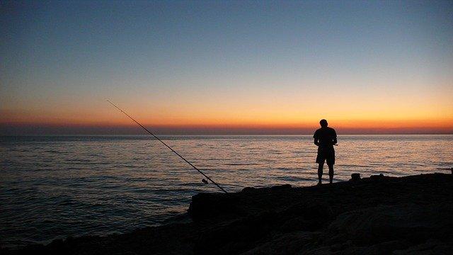 západ slunce a rybář.jpg