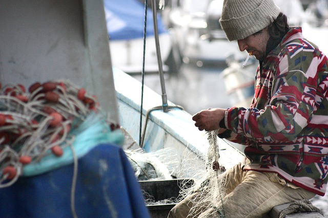 rybář na lodi.jpg