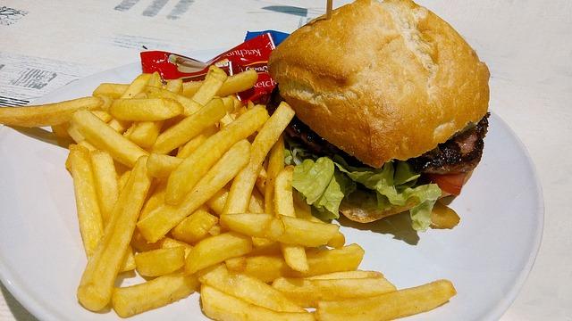 hranolky s hamburgerem
