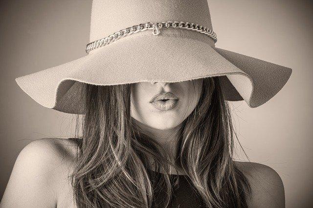 řetízek na klobouku