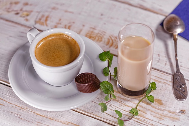 šálek kávy a drink
